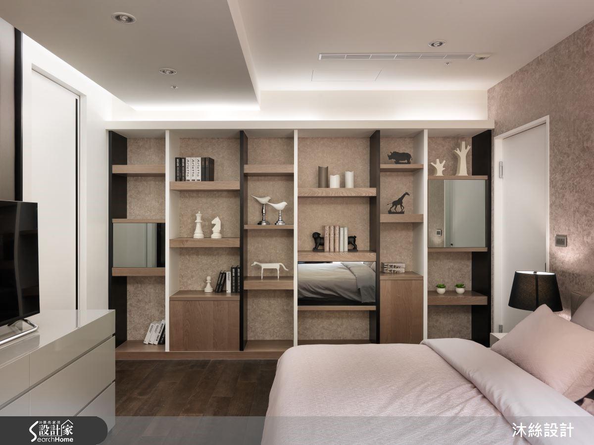 次臥房以高低層次不一的書架作為實用兼具端景的設計,並利用進口壁紙營造臥室柔軟舒適的睡眠氛圍,讓次臥房成為空間中的另一亮點。