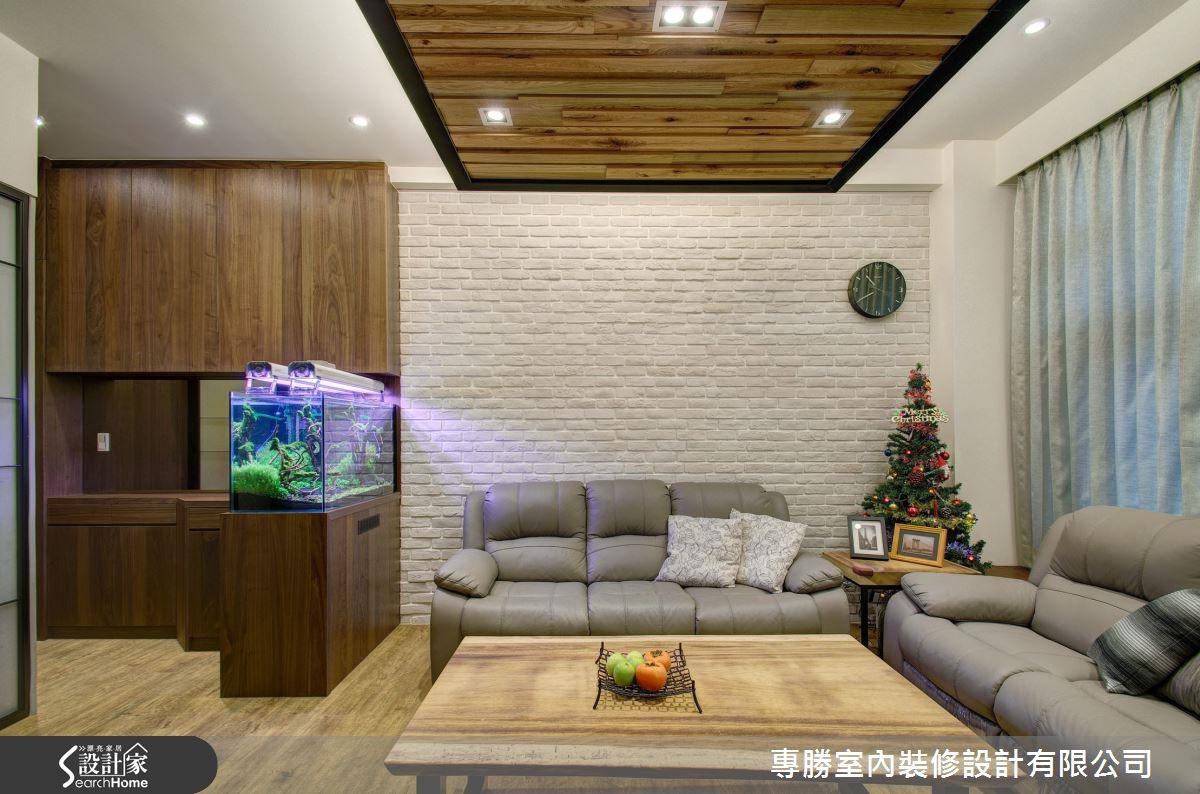 沙發背牆則選用文化石磚牆,完成屋主最愛的北歐風格,並運用玻璃結合鐵件格屏區隔客廳和樓梯,滿足屋主的需求,以及風水和冷氣循環的考量。