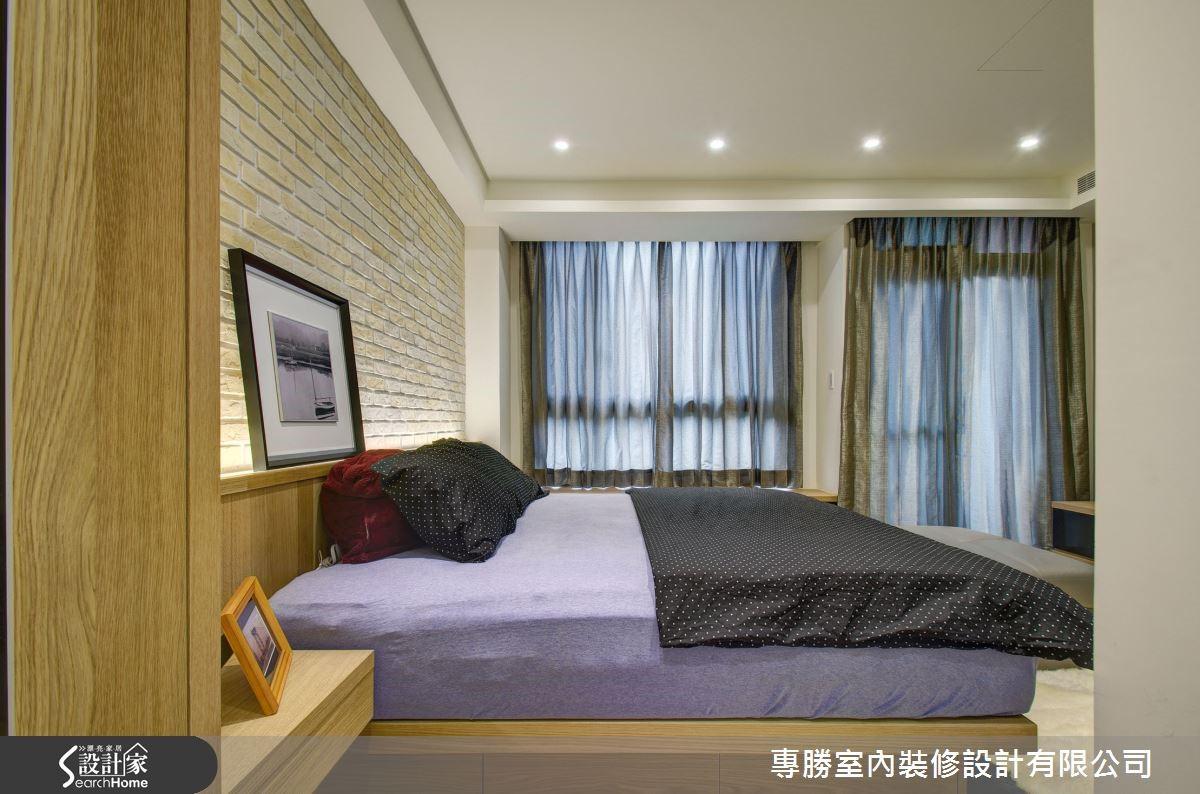 推門而入後,則是延續北歐風格及木質溫潤感的主臥房,在床頭牆的設計上,再次沿用了文化石磚牆,電視牆則以簡約的壁紙展現時尚氛圍,並結合實木溫潤的質感,打造床頭板及床架。