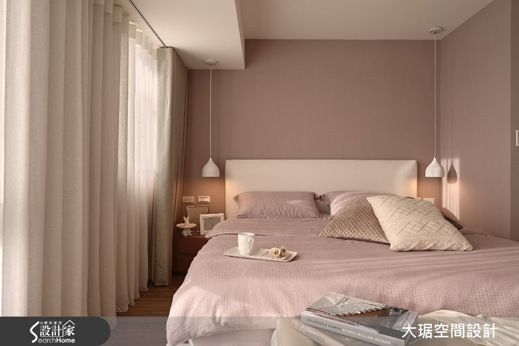 臥室空間有限,大樑怎麼也避不了,利用燈飾垂吊虛化它的存在感,配合柔軟的落地窗簾,化解壓力。