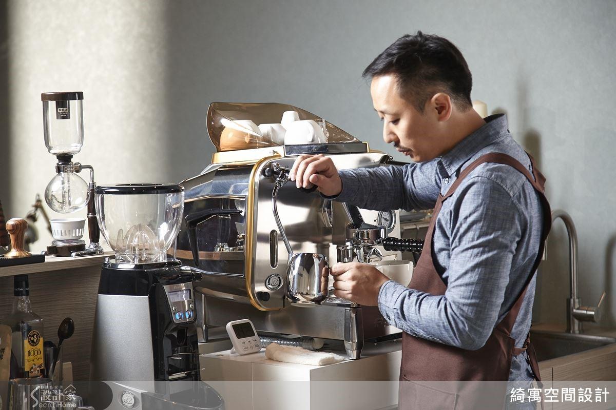 從填壓咖啡粉到沖煮,張睿誠不但有著十足的吧檯手架式,而且每個步驟嫻熟俐落,但他仍謙虛地笑說:「鏡頭在拍,還是有點緊張。」