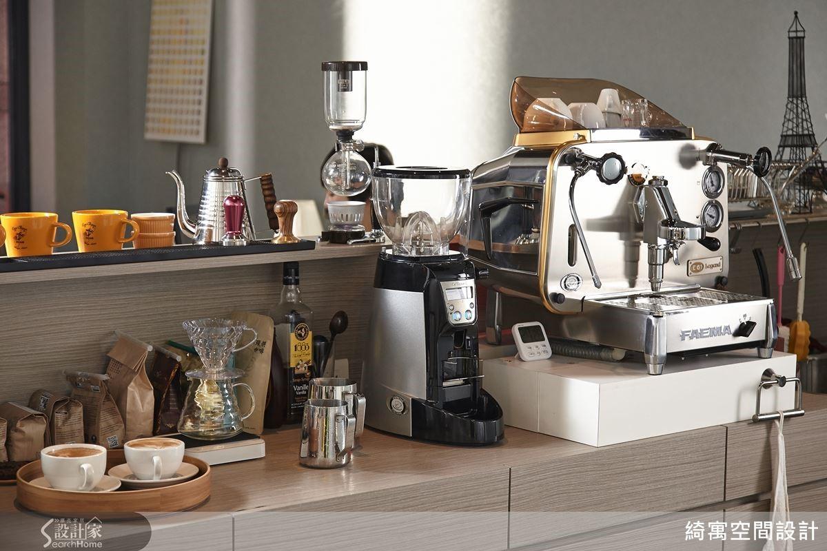 小巧的吧檯上,磨豆機、Syphon、手沖壺、義式咖啡機……,各式各樣的咖啡專業器材與杯具一應俱全。而熟悉咖啡的朋友一定發現義式咖啡機來頭不小,是義大利咖啡機首席品牌 FAEMA 於 1961 年所推出的 E61 型經典機台。有 Faema E61 坐鎮於此,加上張睿誠的國際咖啡師手藝,我們都覺得綺寓設計不兼營咖啡店實在是太可惜了!