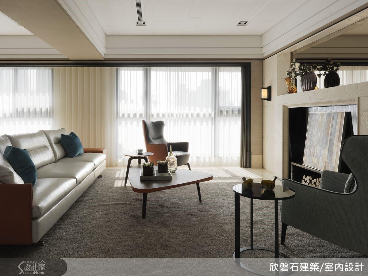 從玄關進入,迎面即是大面紗簾與透入的天光。橫跨客餐廳兩區的超寬幅白紗簾,拉大了空間尺度。