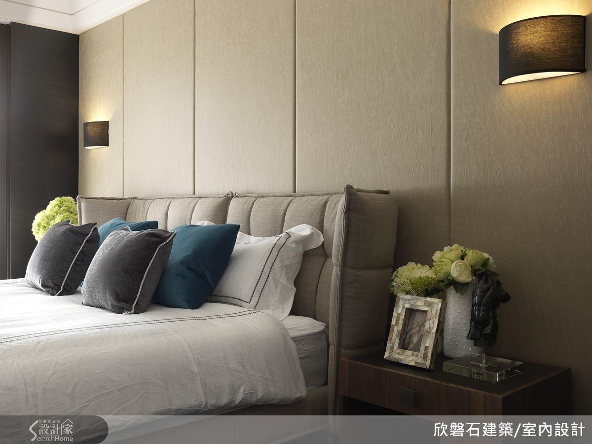 由揉製皺褶的皮革壁布構成的裱板背牆,搭配了同色系的布質床框。簡雅、洗練的造型,透著一派的閒靜與舒適。