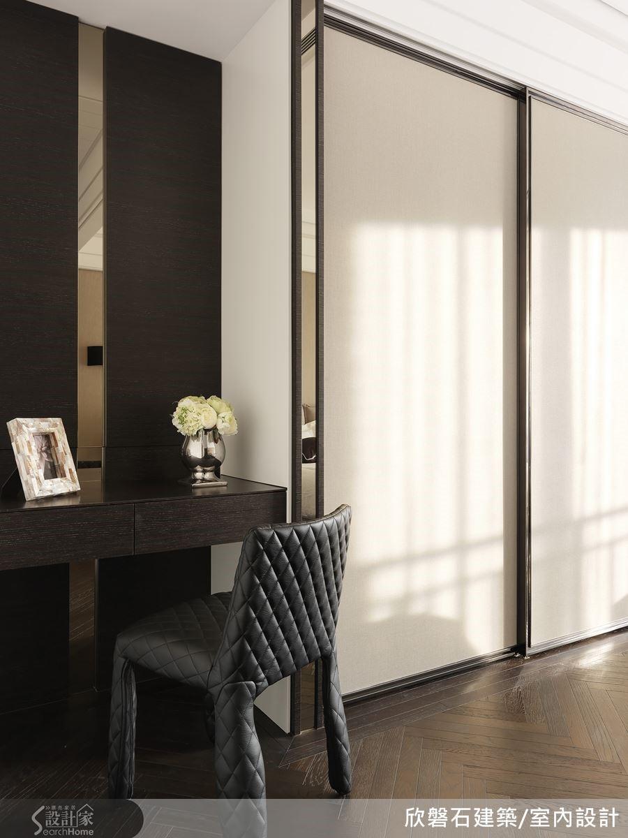 主臥床尾的落地衣櫃,櫃體框架邊緣鑲一道鈦金,每個細節的收尾都力求盡善盡美。
