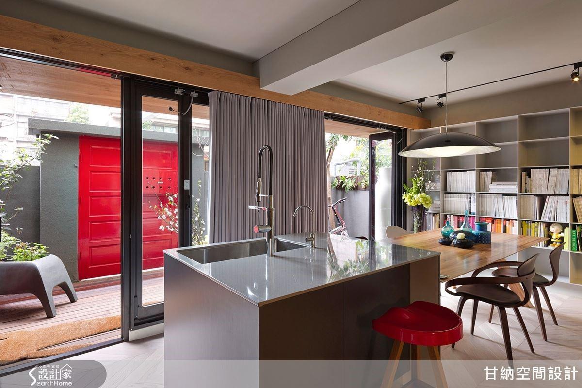 甘納設計工作室以眷村式紅色鐵門,給人獨特的第一印象。