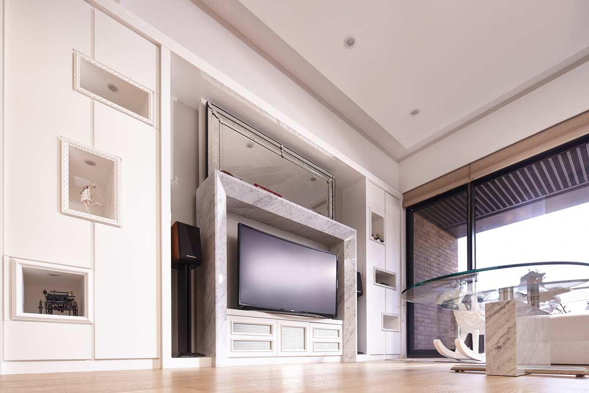BenQ 曲面大型液晶 55RU6600 螢幕弧形設計,提供更寬廣可視角畫面,減少離軸觀看的失真度,無論是舒服坐躺在沙發上,或是在餐廳吃早餐時,都能得到最佳的觀賞角度。