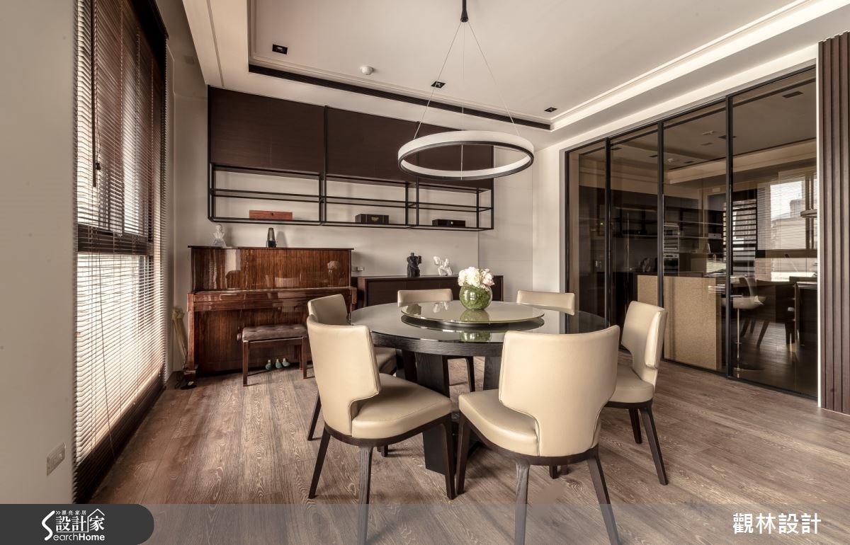 餐廳以鋼琴與展示主人收藏的上吊櫃,成就典雅小端景。格柵茶玻門後方為廚房空間。