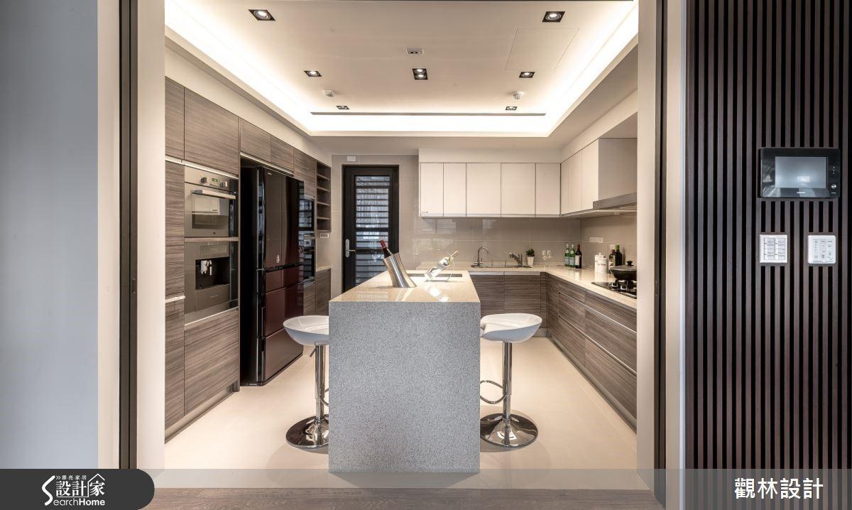 廚房棕色系木皮與中島吧檯成就舒適的多功能廚房空間。