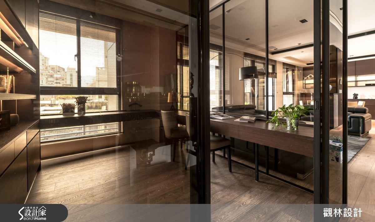 茶玻與黑鐵烤漆延伸設計元素,成就通透雅致的書房空間。