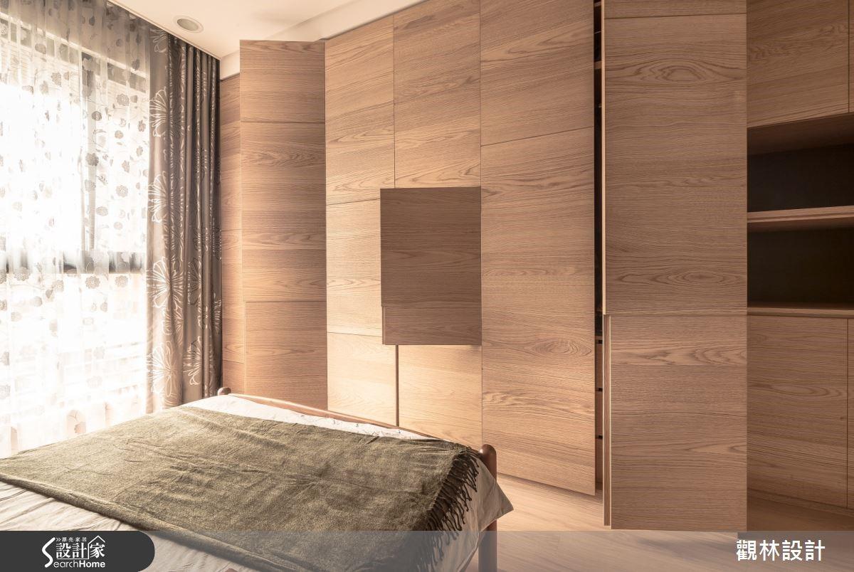 長親房整面收納牆滿足需求,軌道設計隱藏電視,大塊木皮切割增添活潑感,。
