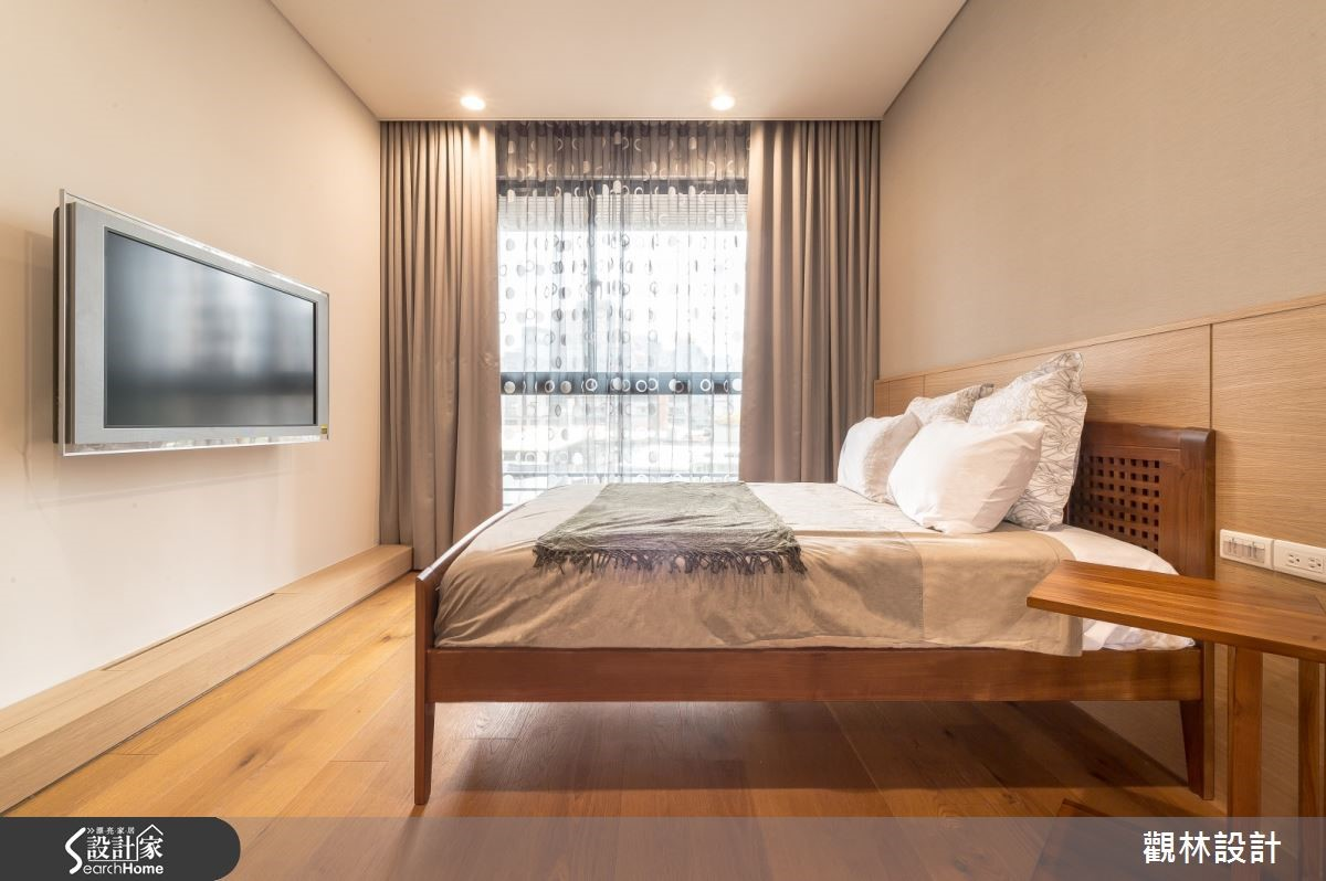 主臥使用海島型木板以無印風格極簡規劃,電視牆下為隱藏式的電器集線收納櫃。