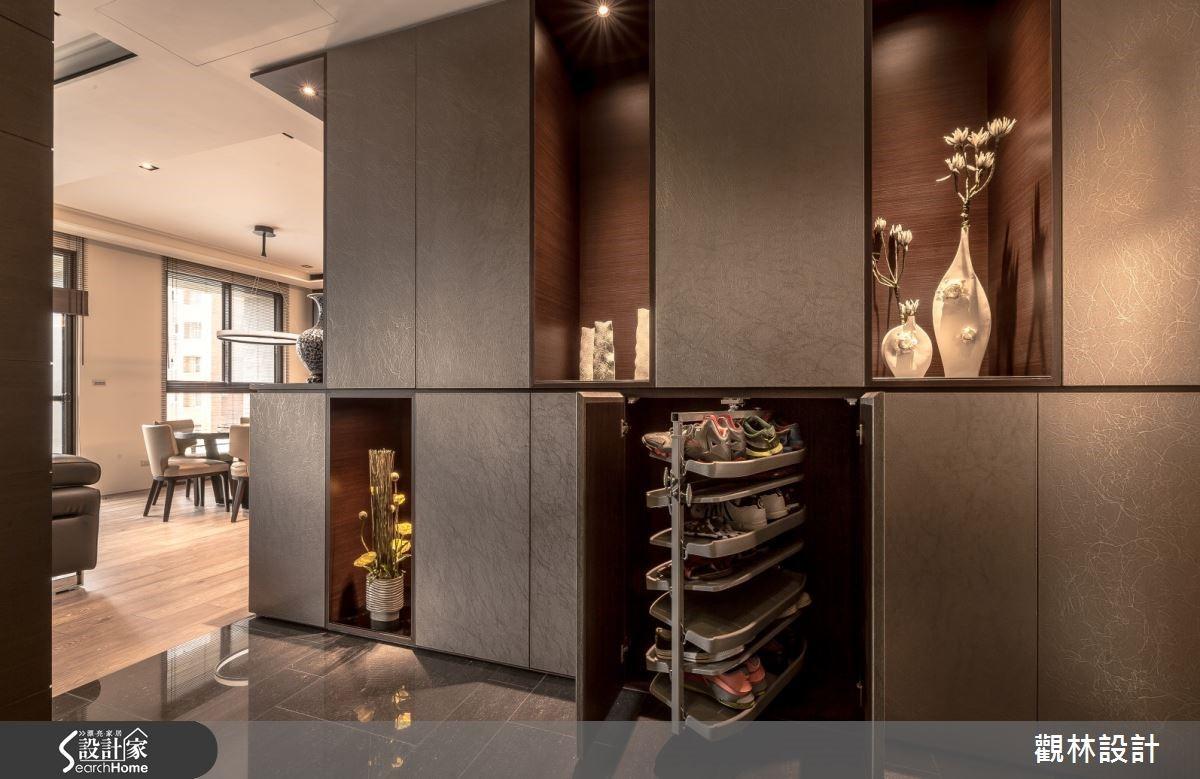 玄關兩側虛實展示收納櫃,不浪費空間的旋轉式鞋架,貼心規劃讓生活更便利。