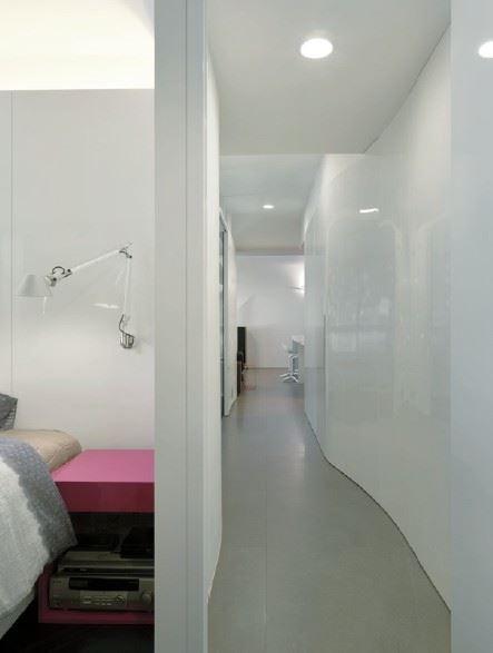 房間側邊的廊道設計,除了創造私人領域的環繞式雙動線,加強整個區域的聯繫性,同時也讓側面採光可以更均勻地進入室內。圖片提供_麥浩斯出版社