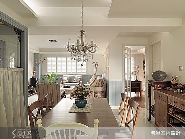 如果還是希望客餐廳之間有一些層次區隔,不妨結合空間本身的結構如轉角或樑柱位置,來創造客廳與餐廳之間的界定,同時也能保持動線上的流暢,一樣能夠創造出足夠寬敞的 Party 居家唷!