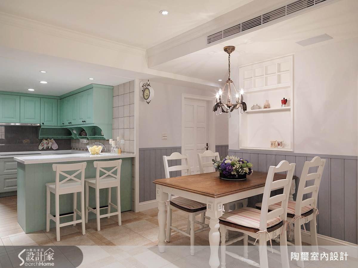 中島吧檯也可以是空間中視覺的焦點,運用豐富的色調以及具有溫暖感的材質,將能為居家營造更多鄉村風格的美感氛圍,同時也能讓具體的生活元素成為空間設計的一部分。