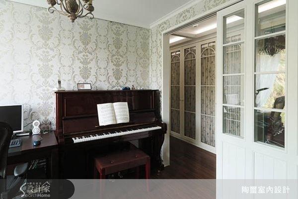 家族 Party 中除了美食美酒,由居家主人隨興地彈奏一段鋼琴小曲,賓客們熱熱鬧鬧圍繞在旁,跟著哼唱或者拍打節奏,也是一大樂事。因此,林欣璇設計師建議家中有擺設鋼琴需求的屋主,可以採用彈性隔間來打造琴房,平常需要獨立空間練琴時可以將拉門關起,有聚會時則可開放空間,讓大家一同享受音樂的美好!