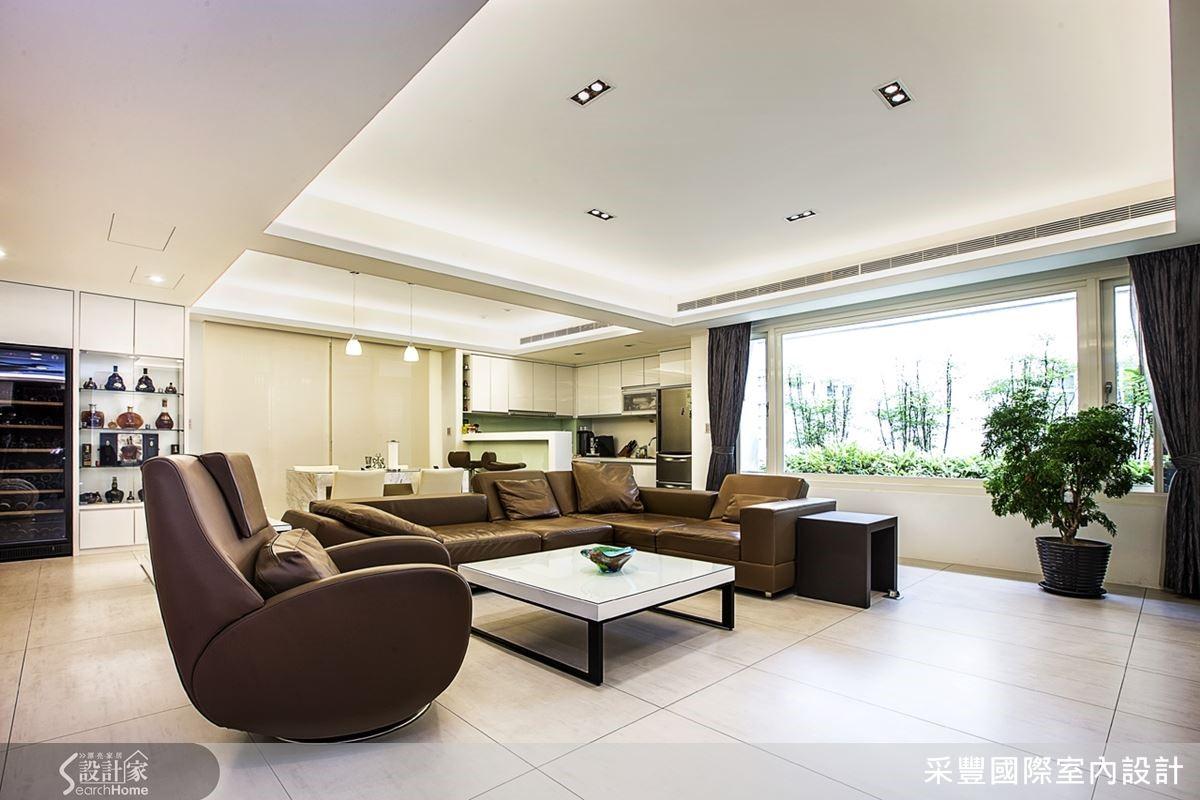 客廳向窗外借景,室內外綠意連成一片。