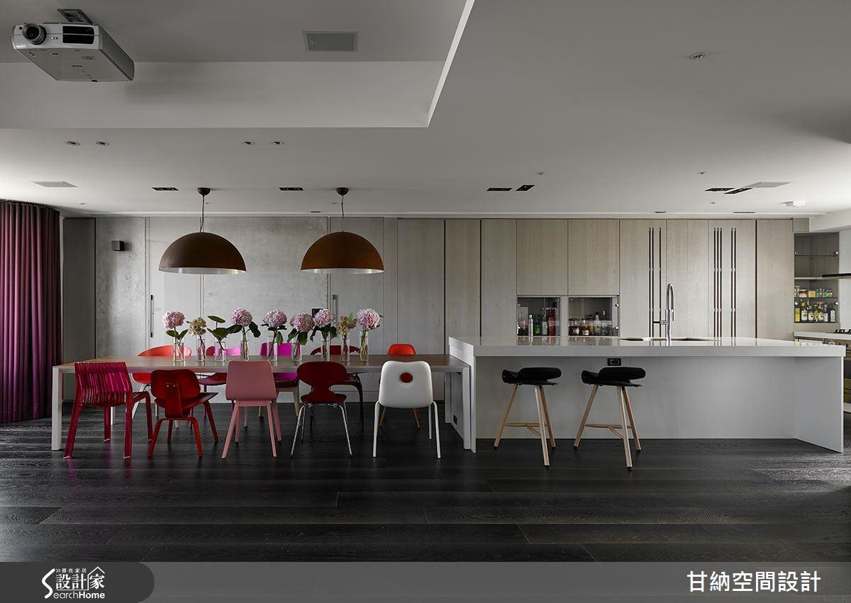 7公尺長的餐桌與吧台,宛如置身歐洲現代旅店,開闊時尚的餐廚空間,更是家族聚會的最喜愛。下層為公共場域,以黑色木地板展開整體色調的訂定,開放式廚房結合餐桌與沙發成一字型狀,讓空間平行延伸。