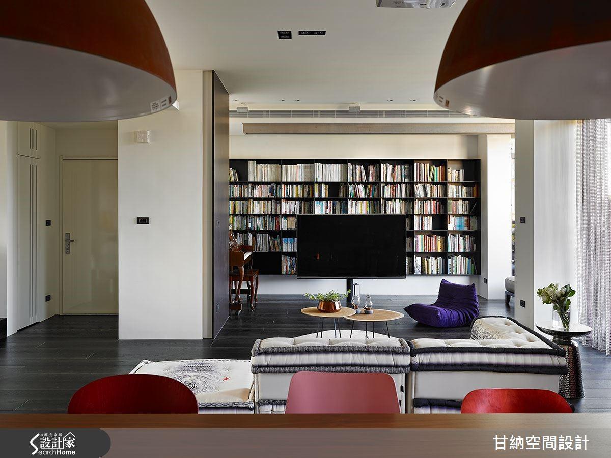 客廳以電視與天花隱藏投影布幕劃分空間,黑色懸空鐵件書櫃和鋼琴,成就親子閱覽遊戲領域。