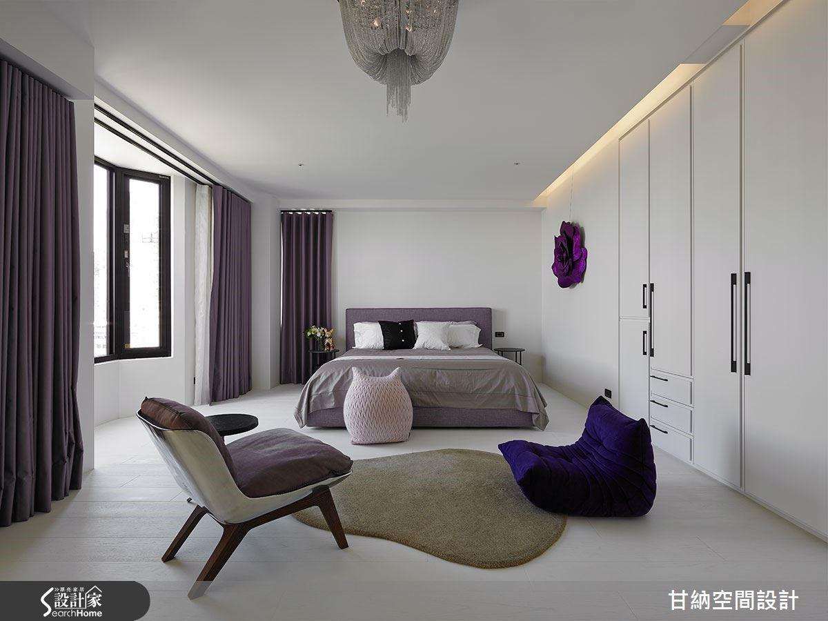 主臥空間採用多層次的紫色傢飾傢具、兩層窗簾修飾錯落樑柱同時保留自然光景,營造專屬主人的法式北歐情懷。
