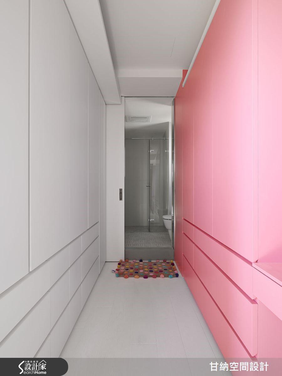 女兒房打造公主的夢幻更衣走道,透過粉紅與白作為色調,採用對稱線性切割設計。