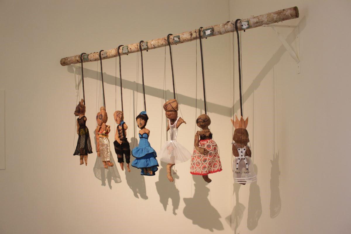 雕塑作品展置牆角,作品擬具出某種意識,陶偶與影呈現虛與實的深度關係。圖片提供_邵曉露