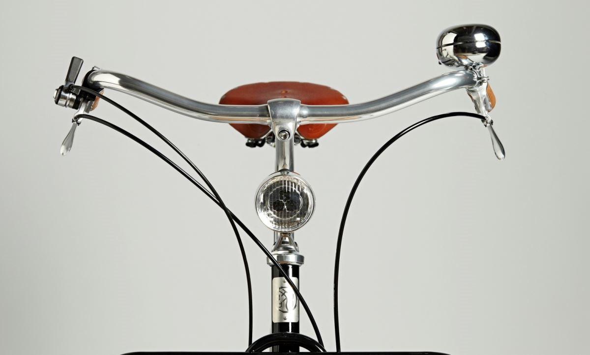 【正面】車把、燈、煞車極致洗鍊的造型設計,成就單車高雅姿態。圖片提供_器研所