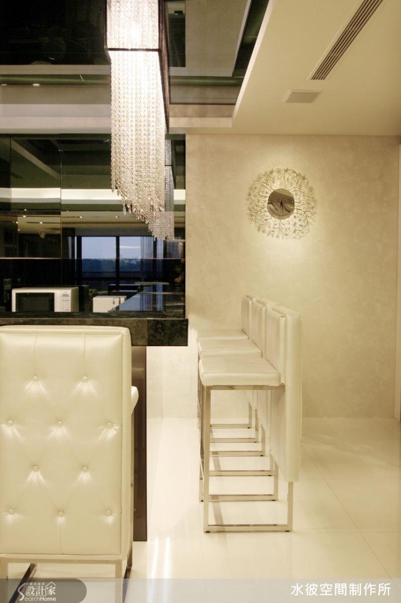 吧檯區運用黑白冷冽的時尚對比,傳達出層次豐富的雋永品味。