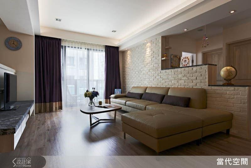 階梯式的沙發背牆讓空間視野得以展開,也增添了活潑的造型感,而白色文化石的紋理質感更為空間點亮北歐風格的美感。