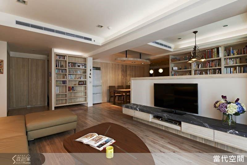 以半高的電視牆設計區分客廳與書房,讓空間維持了通透的視野,卻仍保有井然有序的層次感。