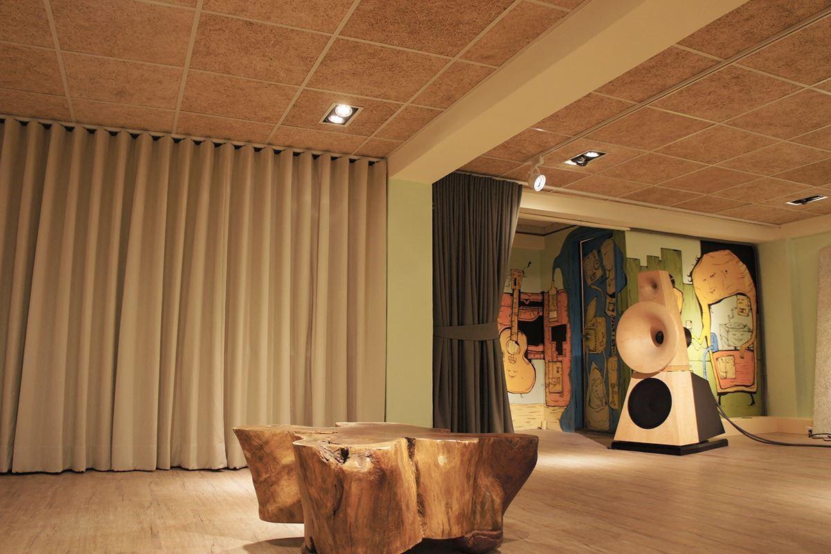 現況:翁漢昌僅保留原天花的輕鋼架骨架,依自己的規劃用美絲吸音板替代舊建材,就可簡單的製造了一個良好的音場環境。