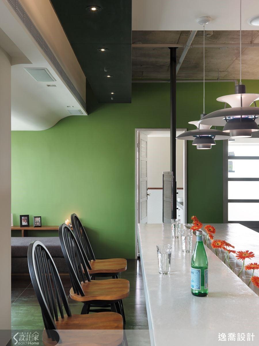 設計的質感,往往在最容易被忽略的細節中展現。例如本案沙發區的天花板,設計師相當仔細地以曲線包覆修飾樑柱與空調設備,讓空間在隨性搖擺中更有一種嚴謹細膩的秩序蘊含其中,美感油然而生。