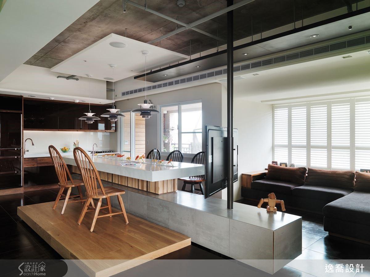 這座中島吧檯可以說是整個居家空間的主要核心,包括用餐、輕食料理、談天與收納等機能均整合於此處,更特別的是,設計師將視聽設備與中島結合,採用鋼管設計,讓電視螢幕可隨意地旋轉,而且還可以透過螺絲卡榫調節高低位置,讓空間的使用彈性大幅提升!
