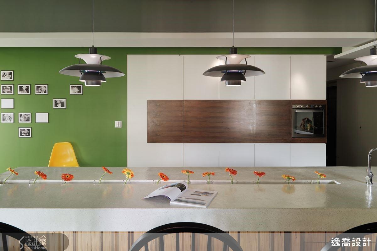 在色調主題上,以充滿活潑生趣的草綠色為主,搭配現代風格常見的純白元素,以及具有溫潤療癒特性的木材質感,還有淺灰色石材打造而成的中島長桌,讓空間中充滿來自大自然原野活力的色調相互對話,激盪令人驚豔的視覺美感。