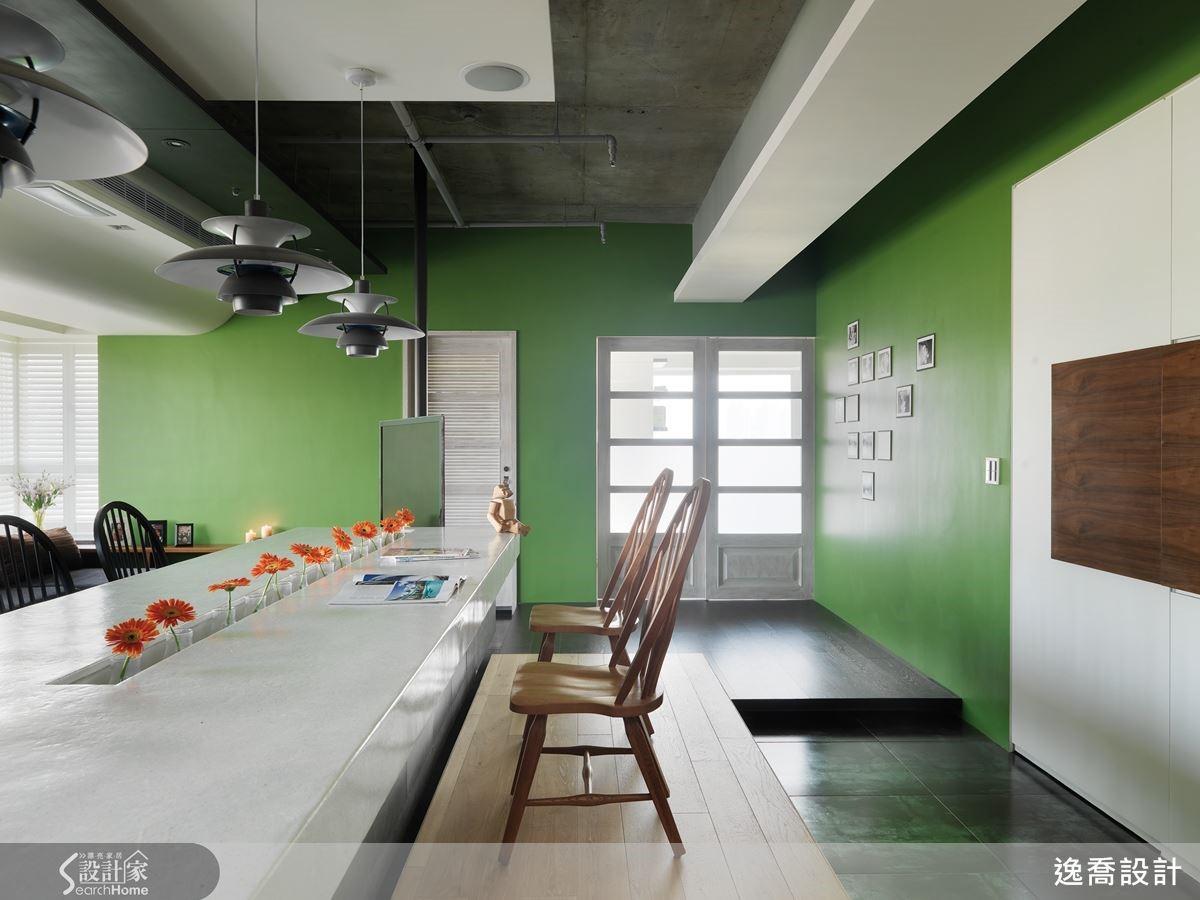 為了在空間中創造出 Loft 工業風格的創意與隨性,設計師特意將原有水泥樓板及灑水管保留下來,形成獨一無二的天花板設計,在空間細膩的人文質感中注入一種粗獷自在的個性,在整個居家氛圍的營造上具有畫龍點睛的效果。