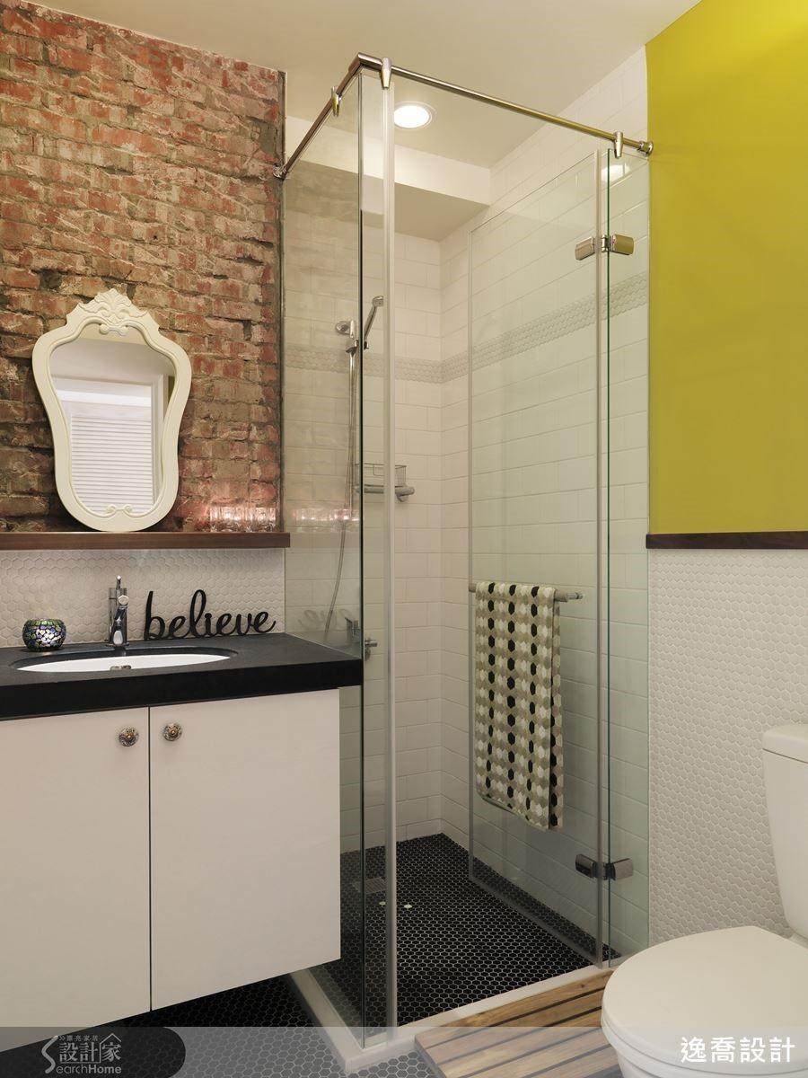 大家有沒有發現,在文青風格的咖啡廳裡,盥洗室的設計往往是最有趣的呢?而本案雖然是居家空間,但是在衛浴的設計上完全不輸給商業空間喔!來到客用衛浴,設計師巧妙保留原始紅磚,搭配質感細緻的六角馬賽克與法式裝飾風格的鏡面,營造一種衝突又和諧的獨特美感!