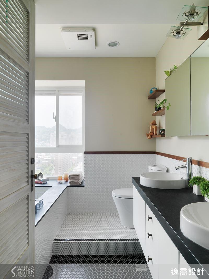 主臥衛浴則是走比較清爽簡約的路線,設計師以大面窗穿引進大量採光,藉由明亮舒服的淺棕色搭配黑白分明的馬賽克磚,加上胡桃實木滾邊強調出層次質感。而得天獨厚的完美窗景視野是最大的亮點,將浴缸設置於窗邊,下班回家後一邊泡澡一邊看夜景就是最大享受!