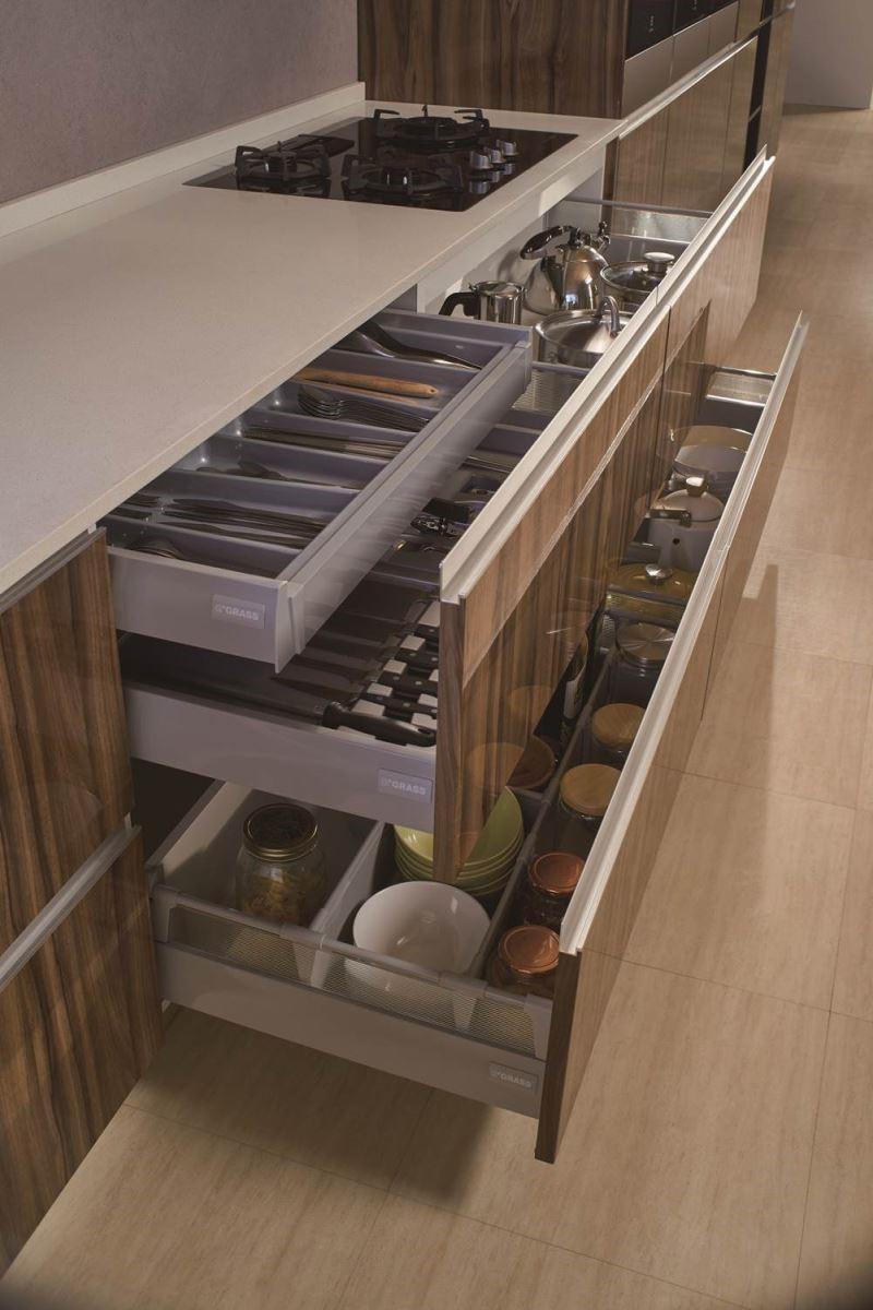 運用安全順手的靜音緩衝抽屜系統,搭配刀叉分隔盤、磁棒置盤架、器具盤組等多元配件,聰明收納廚房各式常用餐具,極致發揮空間智慧。