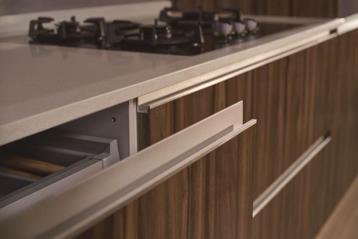將細節蘊藏於設計中。獨家開發I型鋁合金亮面刷線結合式把手,創造出簡潔的視覺性延伸與簡約的流暢線條,在低調美學中盡顯大器不凡。