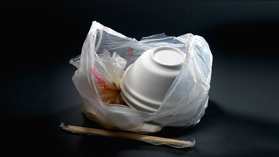 表現台灣人民的飲食文化,演繹社會的成長演進的餐具變化,將保利龍碗的印象運用東方書法美學轉化為實用工藝陶瓷。圖片提供_玩美文創