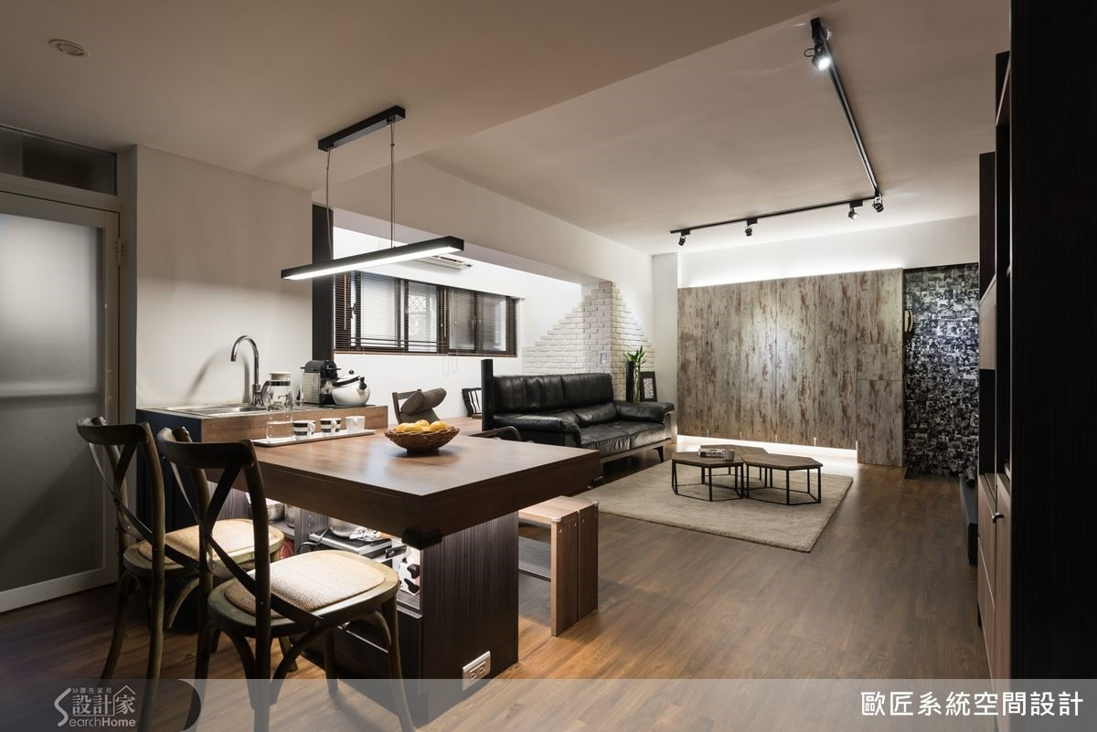 客廳空間安排軌道燈光設計,搭配其他的裝飾燈與間接光源,為空間點亮更溫馨明亮的氛圍。