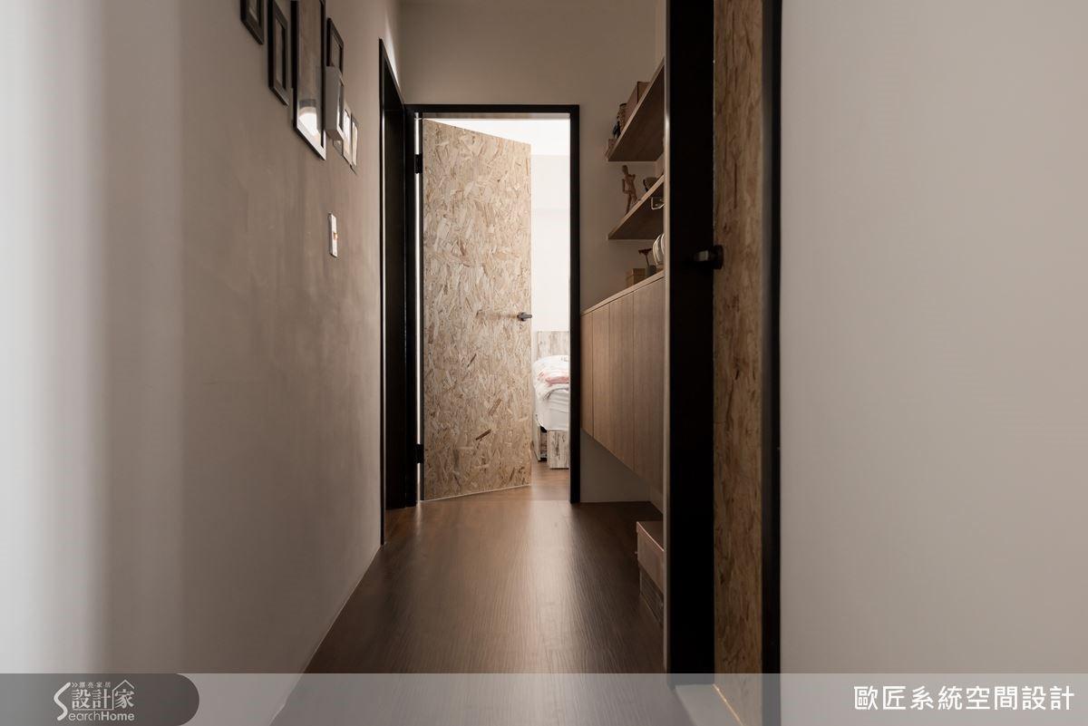 通往臥室的門片也精心挑選與玄關鞋櫃相同質感的材質,讓廊道的風景更加豐富精采。