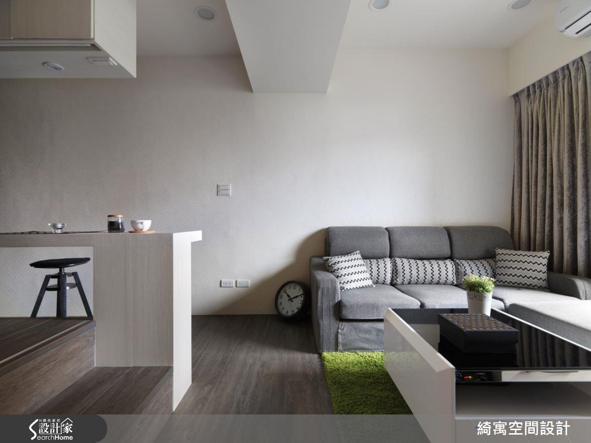 淺灰色布質沙發與草綠色地毯,均是屋主夫妻與張總監一同討論出來的選擇,讓空間更具豐富色彩變化又不顯突兀。
