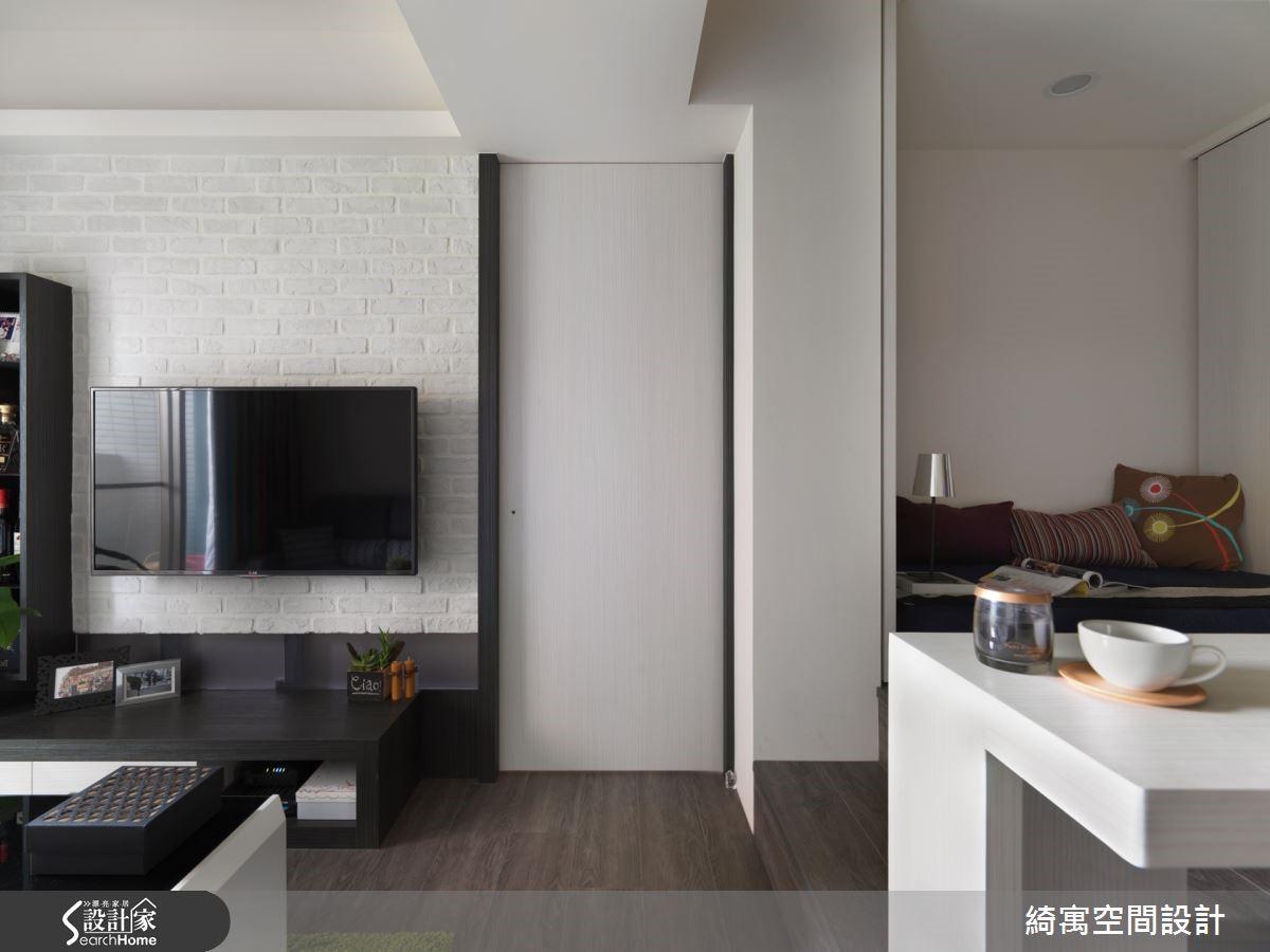 以文化石打造電視主牆面,樸實的石材紋理為空間增添了溫潤的氣氛,也讓電視牆成為美感焦點。