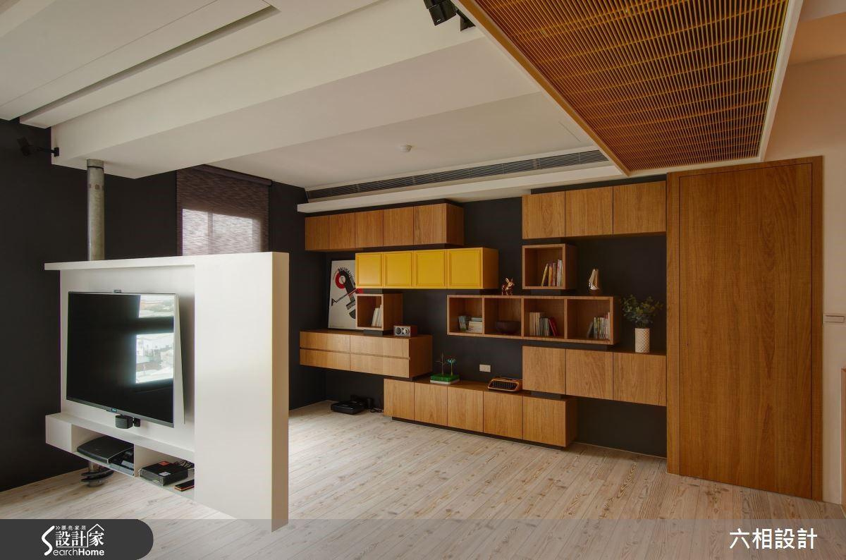 深灰色底的牆面將溫和的木材質感襯托得更加清爽,不同的方塊展示櫃交錯堆疊,造型感十足。