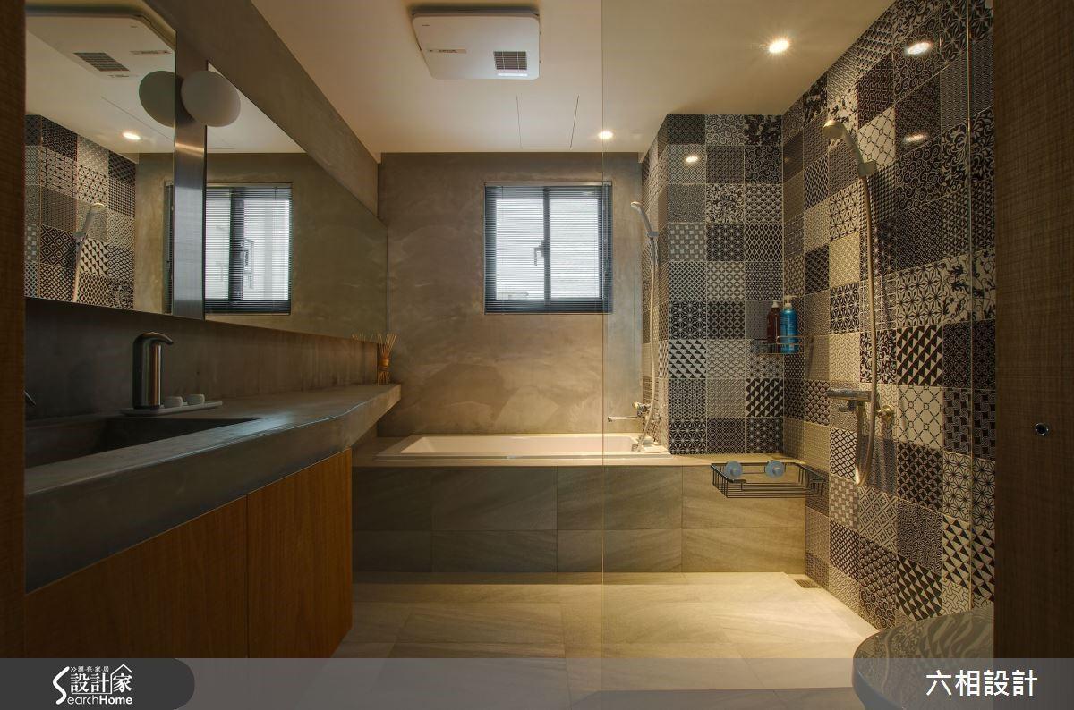 衛浴空間以水泥質感搭配木質元素,混搭出一種輕鬆的 Loft 個性,再搭配鏡櫃設計讓空間感更放大。