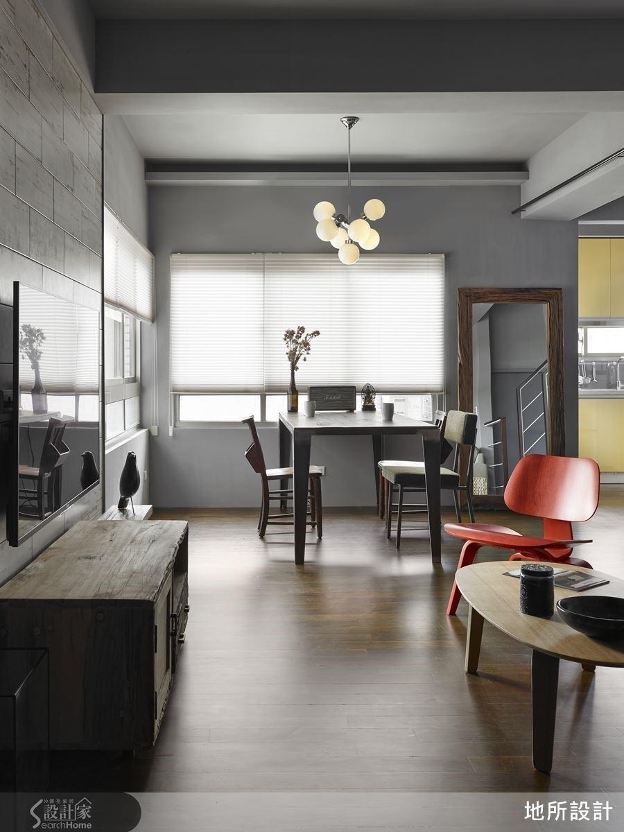 30 坪的老屋改造,保留原有實木地板,透過具有安定寧靜的灰色調,襯托出以現代、老件、工業感混搭家具的復古氣息。
