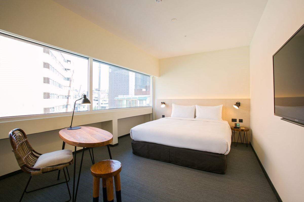 旅店位置又是坐落於台北市著名的林蔭大道,搭配上顏色沉穩的配色,營造輕熟齡的空間氛圍,很符合飯店所位在區域的年齡層。圖片提供_台北中山意舍酒店   amba Taipei Zhongshan