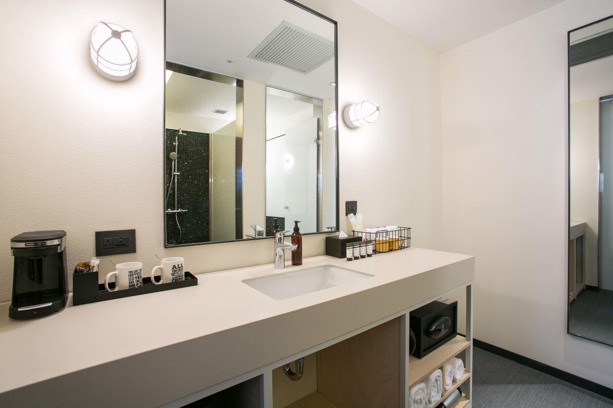 而衛浴的設計則以簡單的乾溼分離,並加上黑色馬賽克磚,表現時尚氛圍。圖片提供_台北中山意舍酒店   amba Taipei Zhongshan
